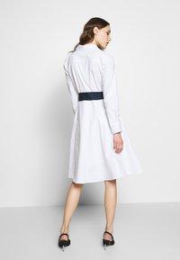 Cortefiel - POPLIN SHIRT STYLE DRESS WITH CONTRAST BELT - Kjole - white - 2