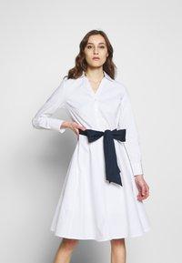 Cortefiel - POPLIN SHIRT STYLE DRESS WITH CONTRAST BELT - Kjole - white - 0