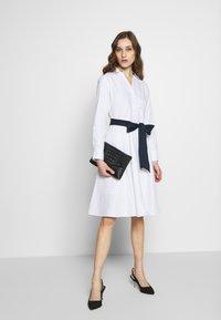 Cortefiel - POPLIN SHIRT STYLE DRESS WITH CONTRAST BELT - Kjole - white - 1