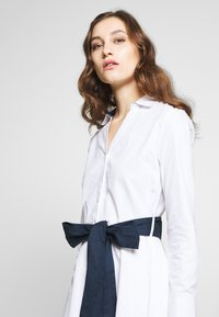 Cortefiel - POPLIN SHIRT STYLE DRESS WITH CONTRAST BELT - Kjole - white - 4