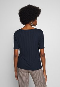 Cortefiel - OPEN NECK RIBBED T-SHIRT WITH BUTTON DETAILS IN SLEEVE - Camiseta básica - navy - 2