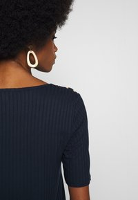 Cortefiel - OPEN NECK RIBBED T-SHIRT WITH BUTTON DETAILS IN SLEEVE - Camiseta básica - navy - 3