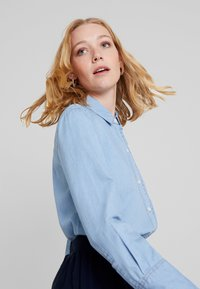 Cortefiel - BASIC WITH FRILLED PIPING - Camisa - blues - 3