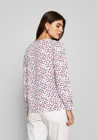 Cortefiel - CREW NECK BASIC BLOUSE WITH EYELETS DETAILS IN COLLAR - Blouse - white - 2