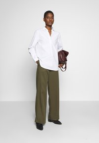 Cortefiel - POLO NECK BLOUSE WITH EMBROIDERY DETAIL - Camisa - white - 1