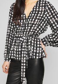 Cortefiel - V-NECK VICHY BLOUSE WITH BELT - Blusa - black - 5