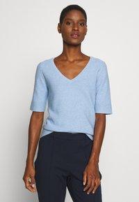 Cortefiel - NECK JUMPER - Camiseta estampada - light blue - 0