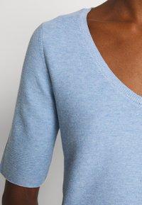 Cortefiel - NECK JUMPER - Camiseta estampada - light blue - 4