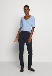 Cortefiel - NECK JUMPER - Camiseta estampada - light blue - 1