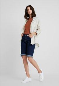 Cortefiel - BASIC BERMUDA - Jeans Short / cowboy shorts - blues - 1