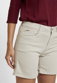 Cortefiel - BASIC - Jeansshorts - beige/camel - 3