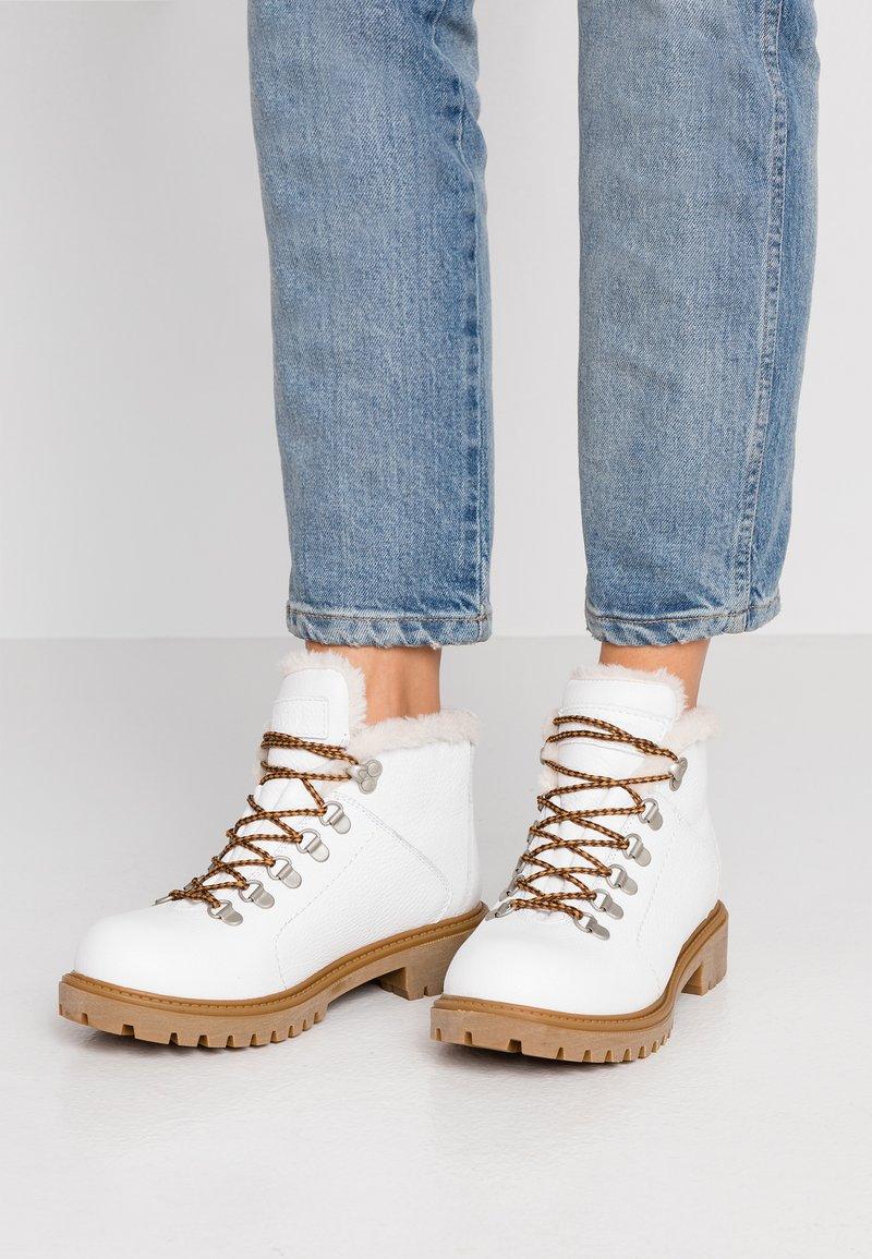 Darkwood - Kotníková obuv - white