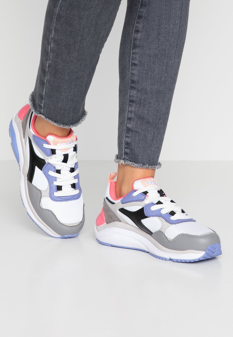 Diadora - WHIZZ RUN - Sneakers - super white/calypso coral