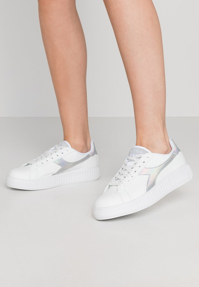 GAME STEP SHINY - Sneaker low - bianco/argento