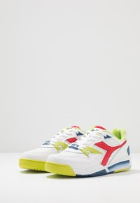Diadora - REBOUND ACE - Matalavartiset tennarit - white/dark red - 2