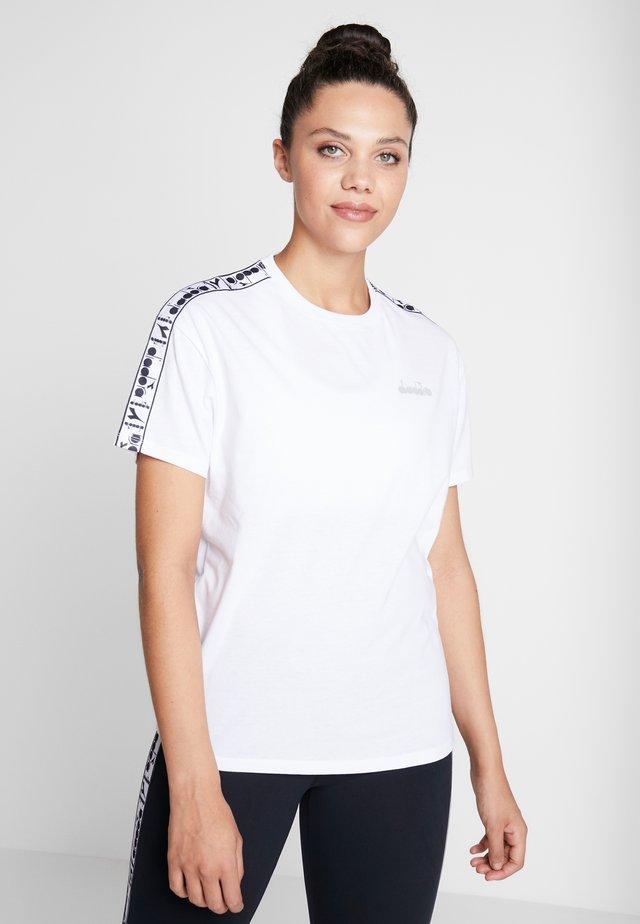 PLUS BE ONE - T-shirt z nadrukiem - optical white