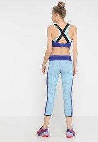 Diadora - REVERSIBLE - 3/4 sportovní kalhoty - aqua splash/clematis blue - 2