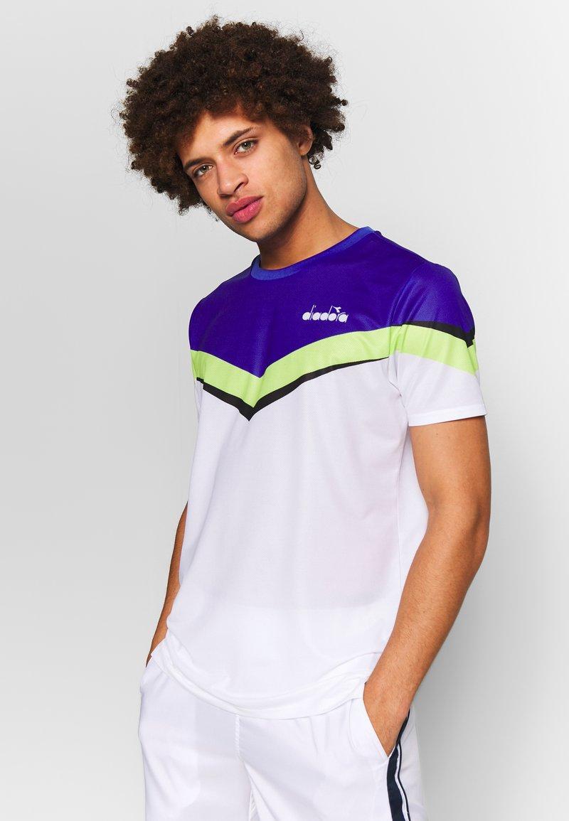 Diadora - CLAY - T-shirts med print - bright white/royal blue