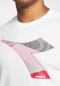 Diadora - KALEIDOS - Print T-shirt - optical white - 4