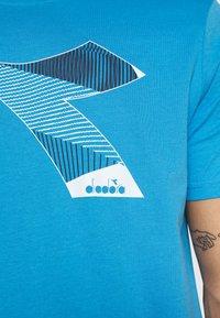 Diadora - KALEIDOS - Print T-shirt - azure sky blue - 5