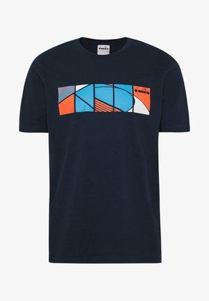 COURT - Print T-shirt - blue corsair