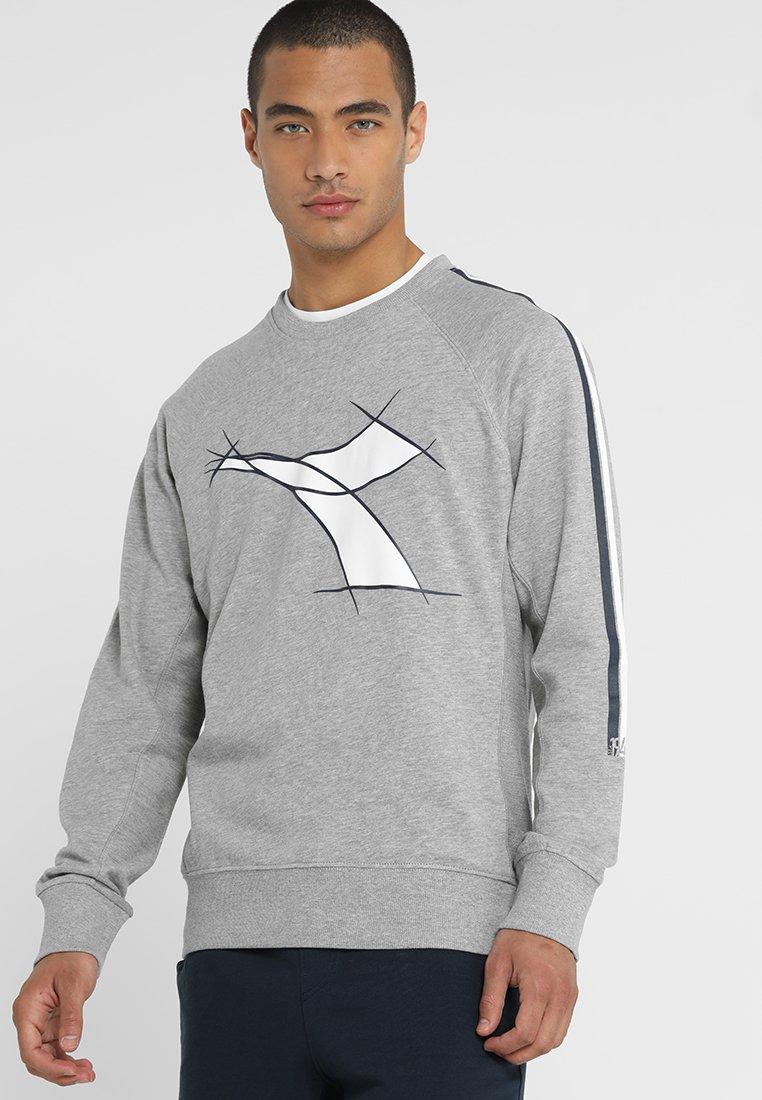 Diadora - CREWNECK FREGIO - Sweatshirt - light middle grey melange