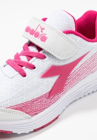 Diadora - FLAMINGO 3 - Chaussures de running neutres - white/bright rose - 2