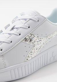 Diadora - GAME STEP - Sportovní boty - white/silver - 2