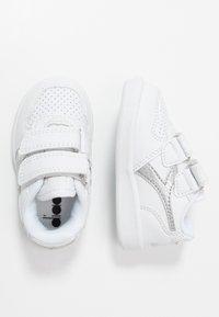 Diadora - PLAYGROUND GIRL - Obuwie treningowe - white/silver - 0