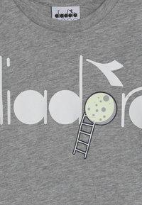 Diadora - PALLE GLOW IN THE DARK - T-shirt con stampa - light middle grey melange - 3
