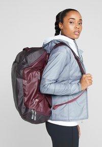 Deuter - Cestovní taška - maron/aubergine - 9