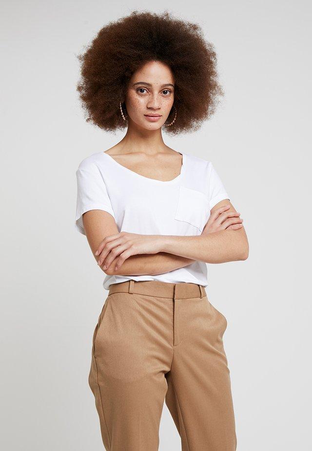 CLEAN TWIST - T-shirts - white