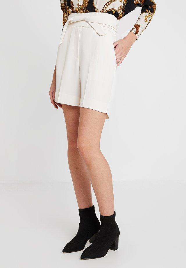 CLASSIC GABARDINE - Shorts - ivory shade