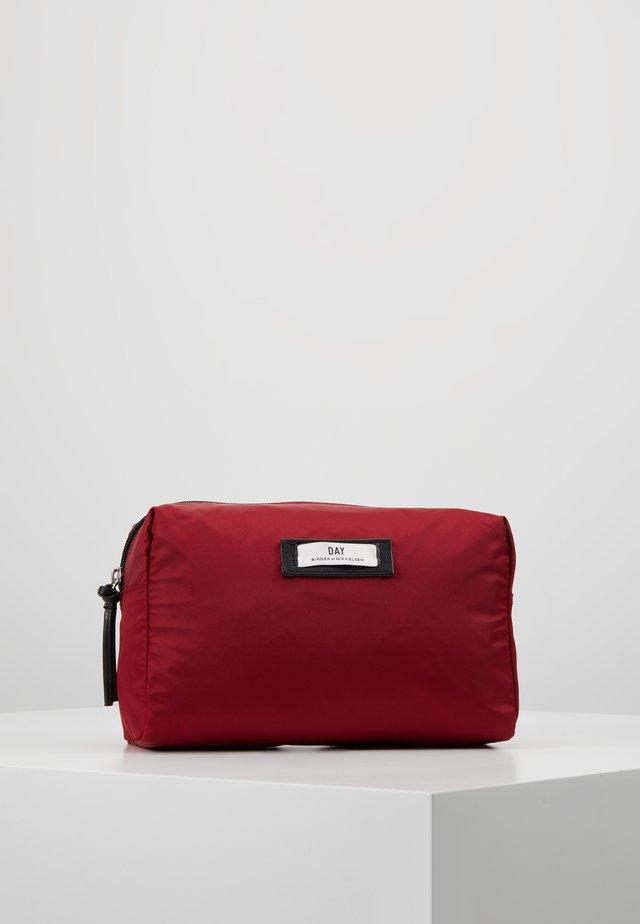 GWENETH BEAUTY - Toalettmappe - biking red