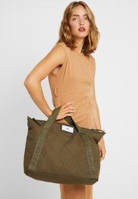 DAY Birger et Mikkelsen - GWENETH TOPAZ CROSS - Shoppingveske - ivy green - 1