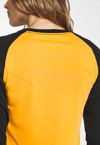 Dakine - WOMEN'S RAGLAN TECH - Funktionsshirt - golden glow - 5