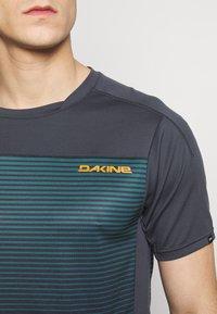 Dakine - SYNCLINE - T-Shirt print - slate blue stripe - 5