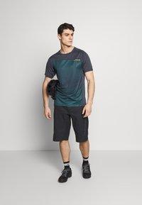Dakine - SYNCLINE - T-Shirt print - slate blue stripe - 1