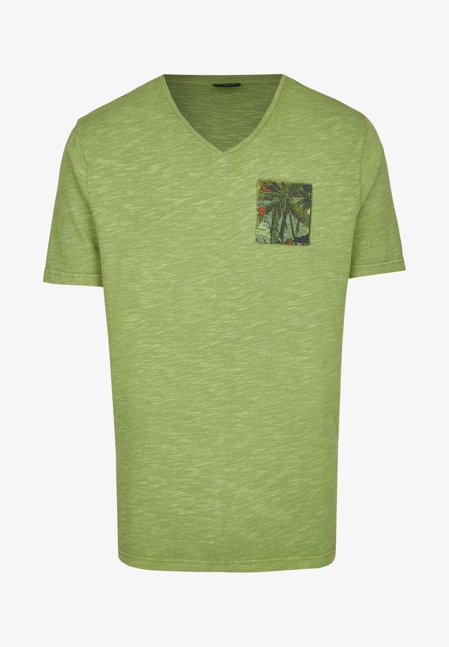 MIT BEDRUCKTER BRUSTTASCHE - Print T-shirt - green