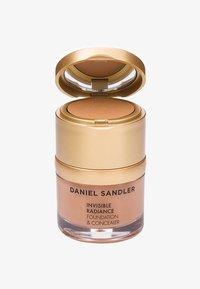 Daniel Sandler - INVISIBLE RADIANCE FOUNDATION - Fond de teint - deep sand - 0