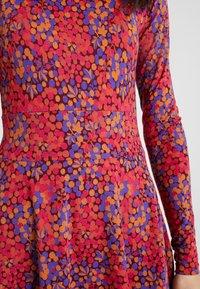 Danefæ København - SIGRID DRESS - Žerzejové šaty - rust red berrygood - 4