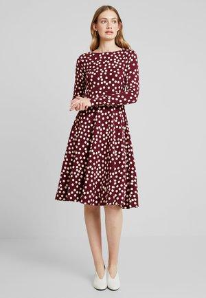 SIGRID DRESS - Žerzejové šaty - dark bordeaux/chalk fun