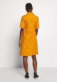 Danefæ København - SUSANNE DRESS - Košilové šaty - light amber markblomst - 2