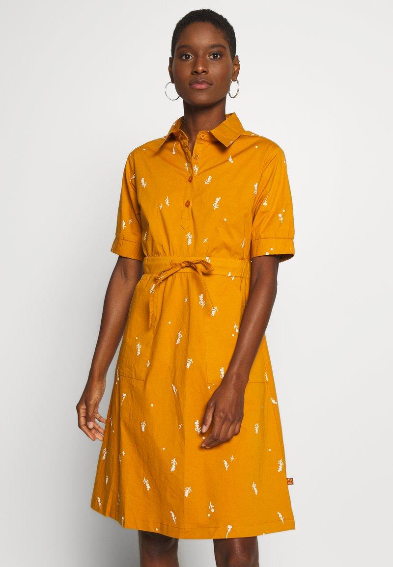 Danefæ København - SUSANNE DRESS - Košilové šaty - light amber markblomst