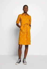 Danefæ København - SUSANNE DRESS - Košilové šaty - light amber markblomst - 1