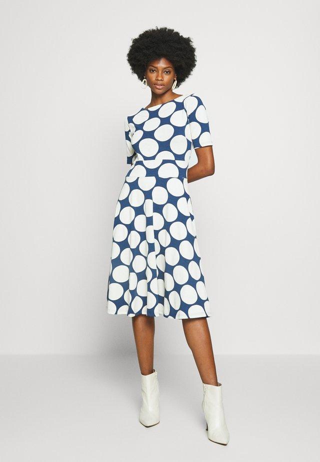 ORGANIC CHARLOTTE DRESS - Denní šaty - cold slate