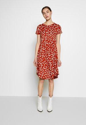NIELSEN DRESS - Denní šaty - sienna/chalk