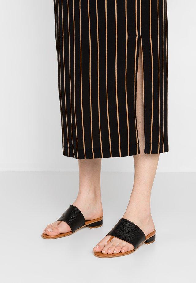 MARINA - Sandály s odděleným palcem - nero