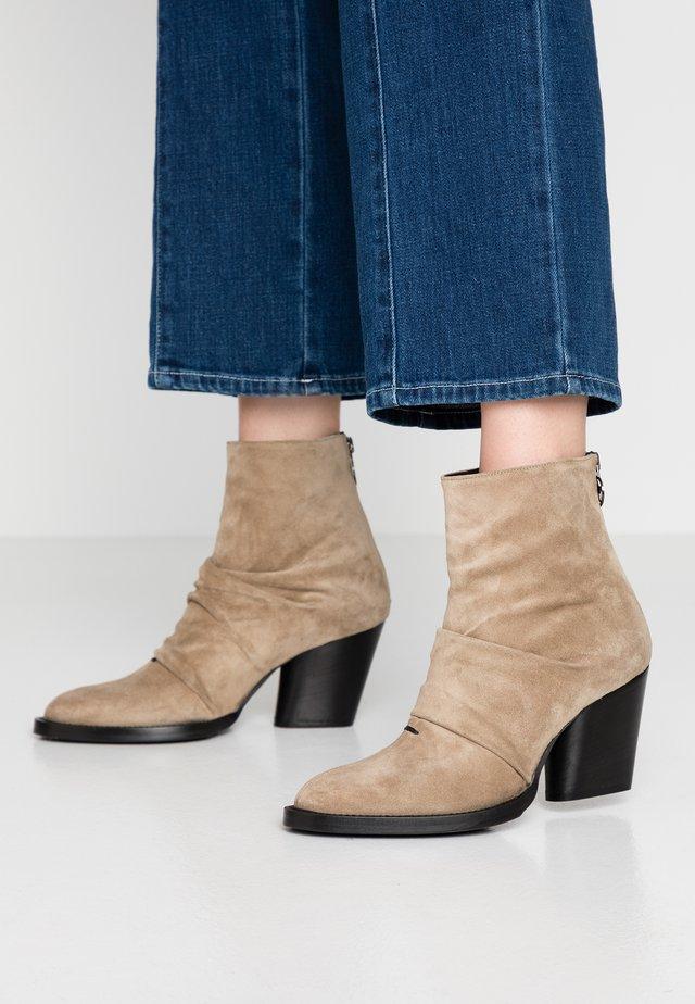 KAYLA - Kotníkové boty - larice