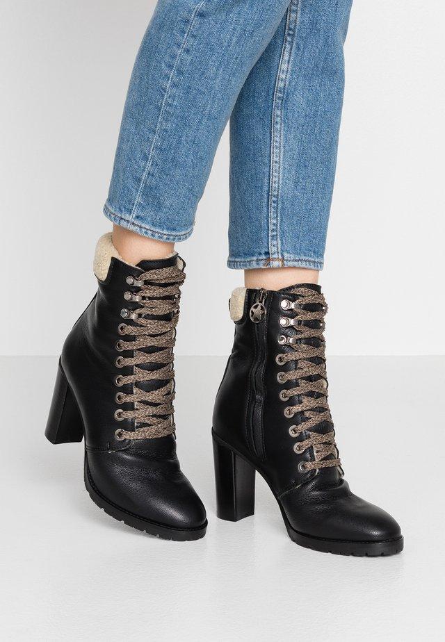KASSY - Kotníková obuv na vysokém podpatku - matrix nero